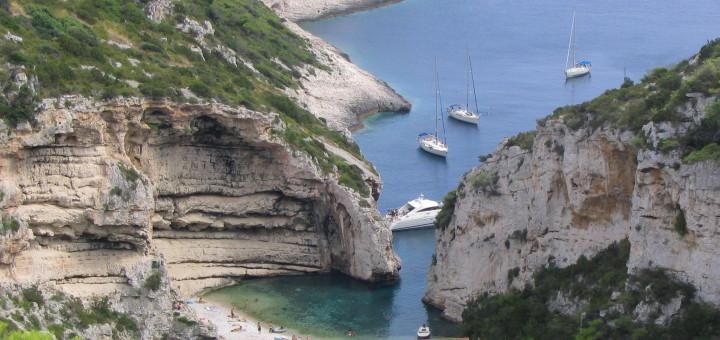 Stiniva_beach,_island_of_Vis,_Croatia_(2)